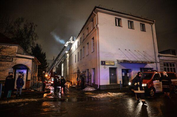 На месте пожара в швейном цеху по производству подушек по адресу улица Стромынка, дом 25 в Москве