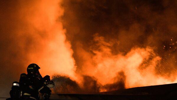 Сотрудники пожарно-спасательных подразделений МЧС . Архивное фото