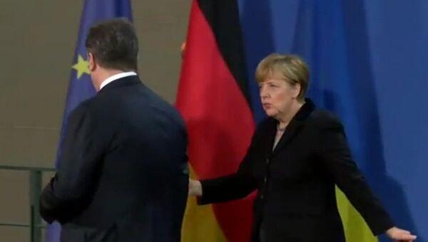 Порошенко забыл пожать руку Меркель