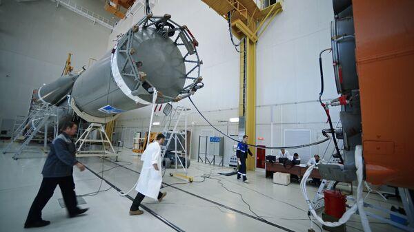 Специалисты в Техническом комплексе космодрома Восточный в Амурской области, где происходит сборка ракеты-носителя Союз-2