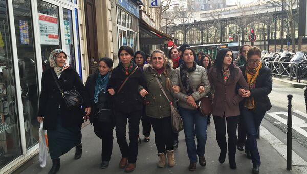 Парижские курдянки и Несрин Абдалла вблизи Северного вокзала на улице Лафаетт, где в 2013 году были найдены тела трех застреленных в голову курдских активисток