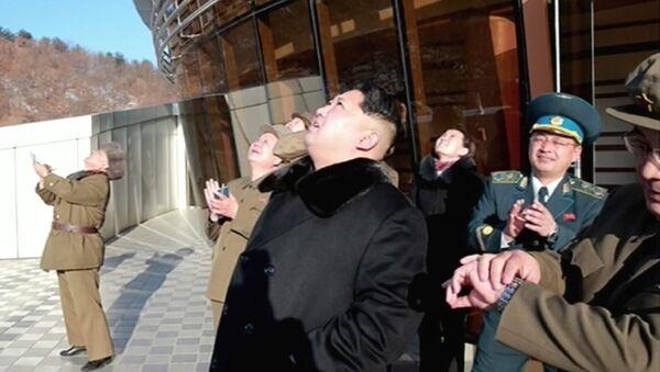 Лидер КНДР Ким Чен Ын наблюдает за запуском ракеты