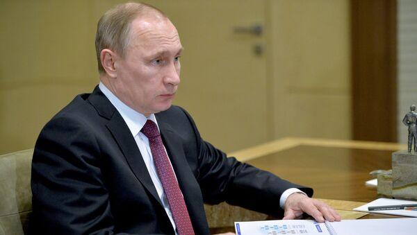 Президент России Владимир Путин во время встречи с губернатором Ненецкого автономного округа Игорем Кошиным в резиденции Ново-Огарево