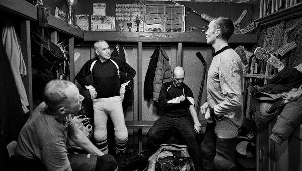 Игроки ХК Ветлуга в раздевалке перед матчем между любительскими командами города Ветлуга и посёлка Тоншаево в городе Ветлуга Нижегородской области