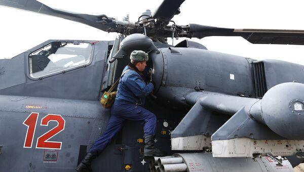 Техник готовит вертолет Ми-35М к учебно-тренировочным полетам экипажей армейской авиации отдельного вертолетного полка Южного военного округа. Архивное фото
