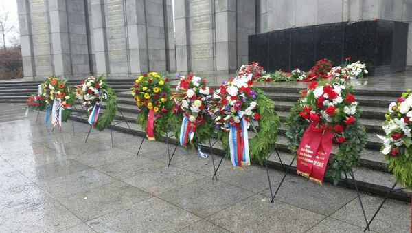 Возложение венков к мемориалу советским воинам в Тиргартене