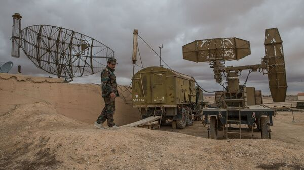 Военнослужащий сирийской армии осматривает локационные станции на базе Военно-воздушных сил Сирии в провинции Хомс