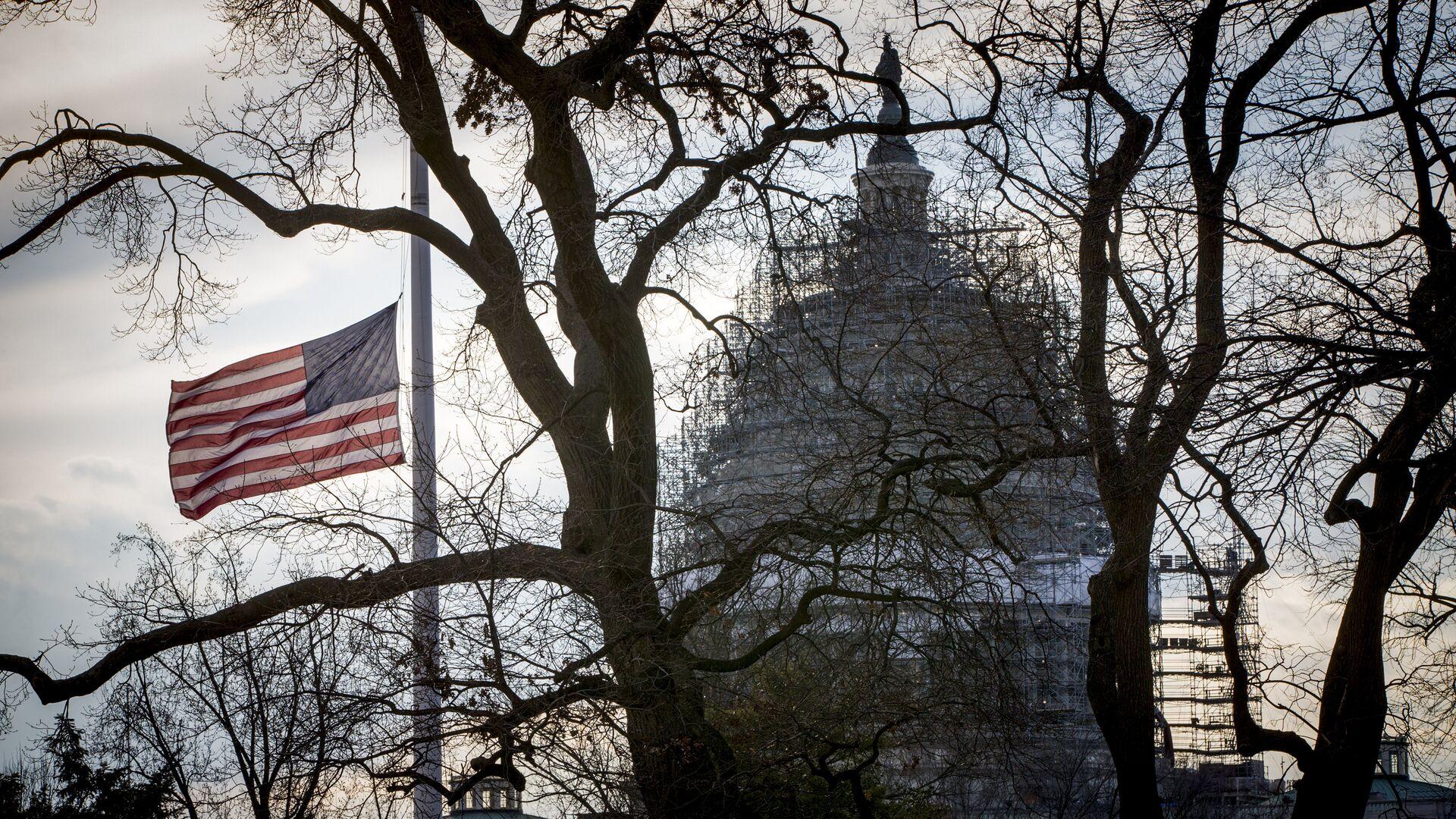 Американский флаг перед Капитолием в Вашингтоне - РИА Новости, 1920, 28.10.2020