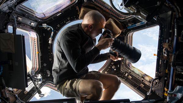 """Астронавт Келли призвал оставлять покупки """"на карантине"""" у порога дома"""