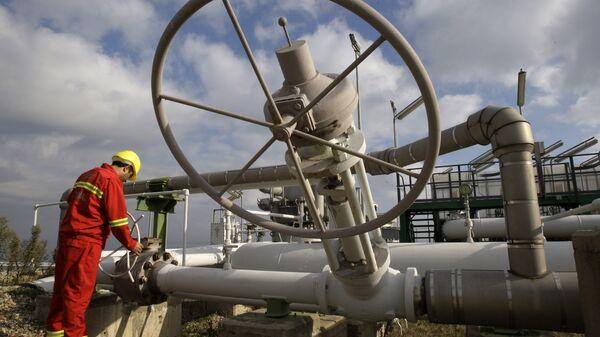 Рабочий на станции по добыче природного газа в Турции
