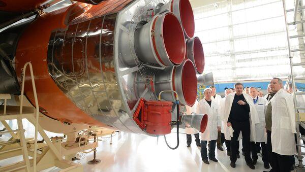 Заместитель председателя правительства РФ Дмитрий Рогозин (справа) во время посещения космодрома Восточный в Амурской области. Архивное фото