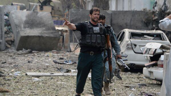 Сотрудники сил безопасности на месте взрыва рядом с консульством Индии в Джелалабаде на юго-востоке Афганистана