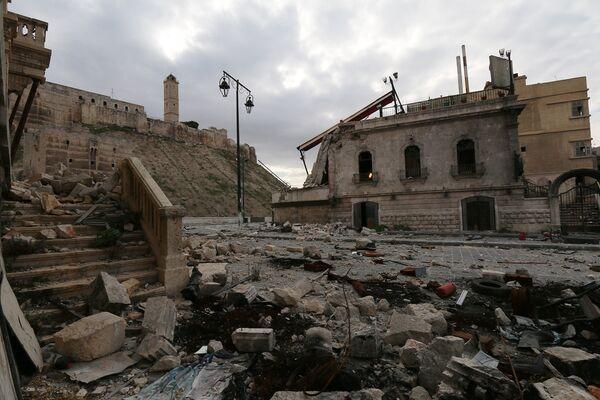 Поврежденные здания рядом со стенами Цитадели Алеппо. 2014 год