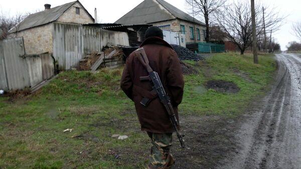 Ополченец ДНР в поселке под Горловкой