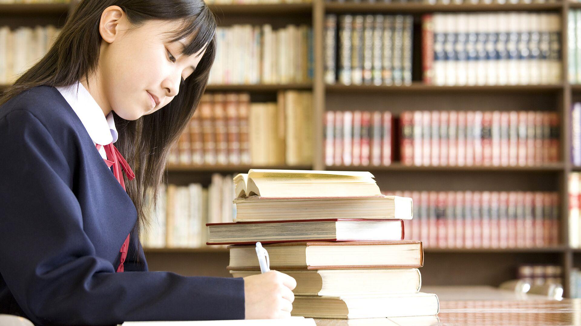 Японская школьница за учебниками - РИА Новости, 1920, 04.02.2021