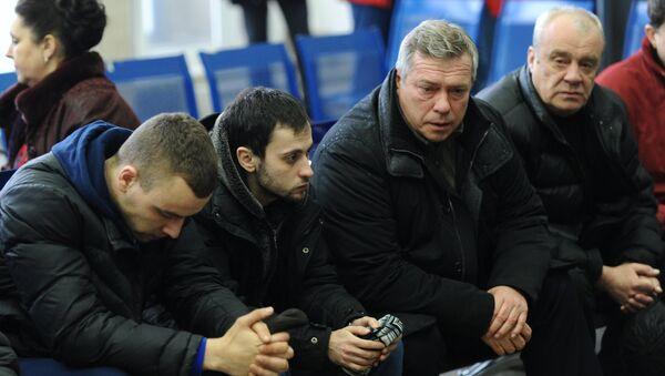 Губернатор Ростовской области Василий Голубев с родственниками пассажиров самолета Boeing-737-800, который разбился при посадке в аэропорту Ростова-на-Дону