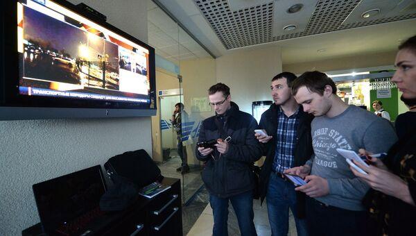 Люди стоят у телевизора в аэропорту Ростова-на-Дону. Пассажирский самолет Boeing-737-800 разбился при посадке в аэропорту Ростова-на-Дону