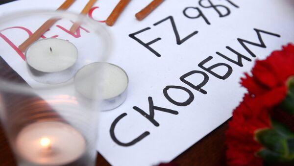 Акция в память о погибших в авиакатастрофе Boeing-737 в Ростове-на-Дону проходит у представительства Ростовской области в Москве