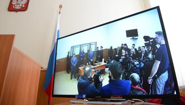 Трансляция для журналистов из зала заседаний Донецкого городского суда, где продолжается оглашение приговора по делу гражданки Украины Надежды Савченко