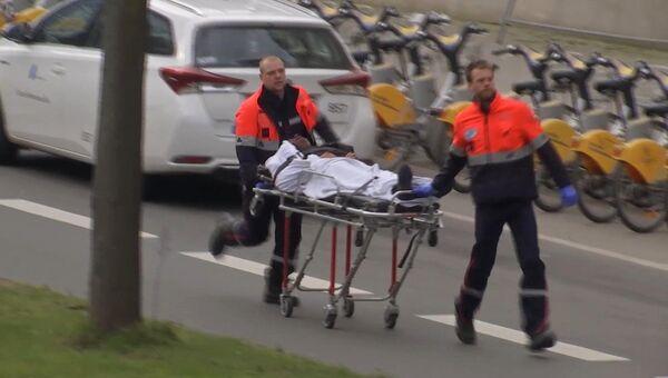 Медики эвакуируют раненого в результате теракта в Брюсселе, Бельгия. 22 марта 2016