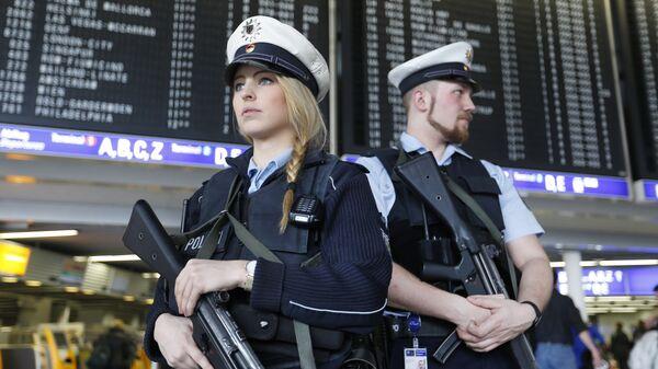 Сотрудники полиции в аэропорту Франкфурта, Германия