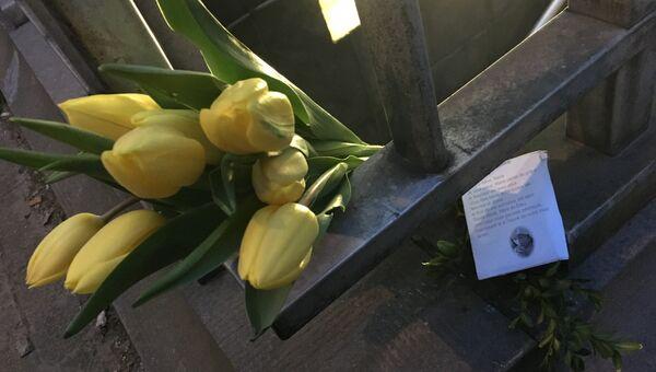 Цветы и молитва рядом с местом теракта в брюссельском районе Маэльбек