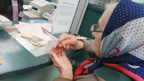 Пенсионерка у окна в отделении Сберегательного банка РФ