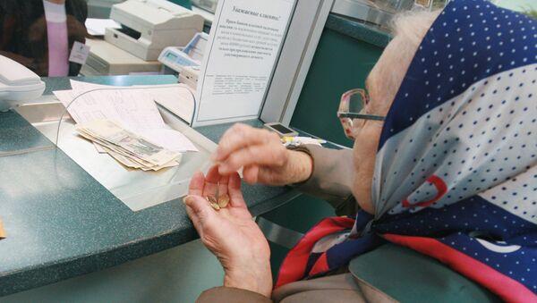 Пенсионерка у окна банка. Архивное фото