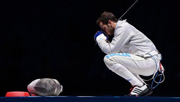 Лука Куратоли (Италия) в финальном поединке на соревнованиях командного первенства среди мужчин по фехтованию на саблях на чемпионате мира в Москве