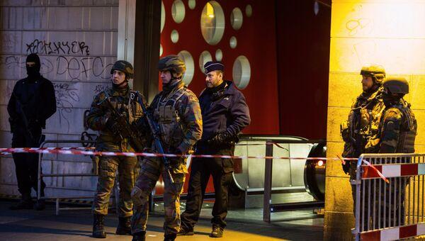 Сотрудники полиции и военнослужащие обеспечивают безопасность на одной из станций метро в Брюсселе