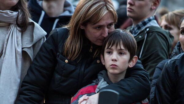 Участники траурного митинга в память о погибших в результате взрывов в аэропорту Завентем и в районе станции метро Мальбек в Брюсселе