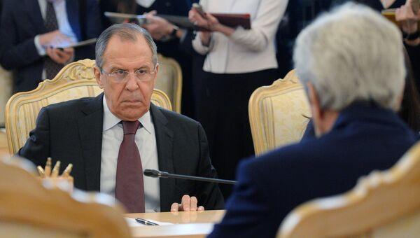 Министр иностранных дел РФ Сергей Лавров (слева) и государственный секретарь США Джон Керри во время встречи в Москве