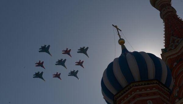 Истребители Су-27 пилотажной группы Русские витязи и МиГ-29 пилотажной группы Стрижи пролетают над Красной площадью.  Архивное фото