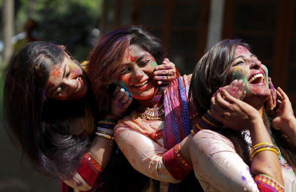 Празднование Холи в Бангладеш, Индия. 23 марта 2016 года