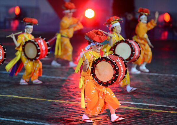 Фольклорный коллектив Санса Одори (Япония) на открытии международного военно-музыкального фестиваля Спасская башня на Красной площади в Москве