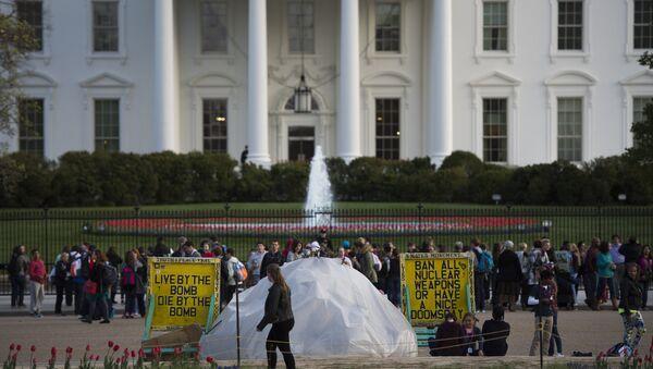 Демонстранты у Белого Дома в преддверии саммита по ядерной безопасности в Вашингтоне
