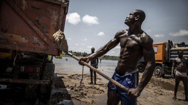 Рабочий в карьере на берегу реки Конго. Архивное фото