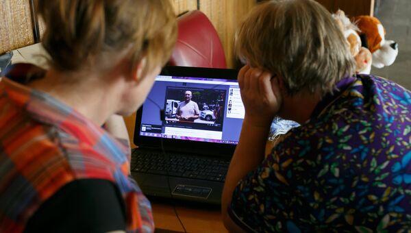 Люди смотрят в интернете сюжет новостей