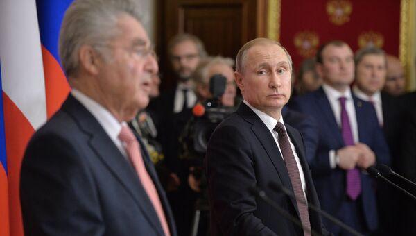 Президент России Владимир Путин (справа) и президент Австрии Хайнц Фишер на пресс-конференции по итогам встречи в Кремле