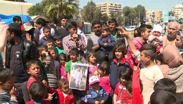 Беженцы с детьми скандировали Откройте границы! на акции протеста в Греции