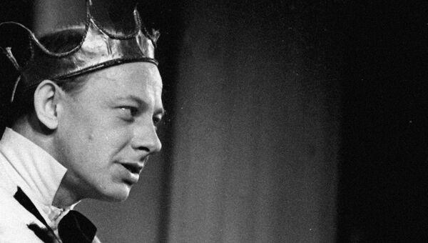 Евгений Евстигнеев в спектакле по пьесе Евгения Шварца Голый король