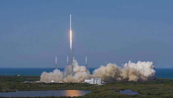 Старт ракеты SpaceX Falcon 9 на мысе Канаверал 8 апреля 2016 года