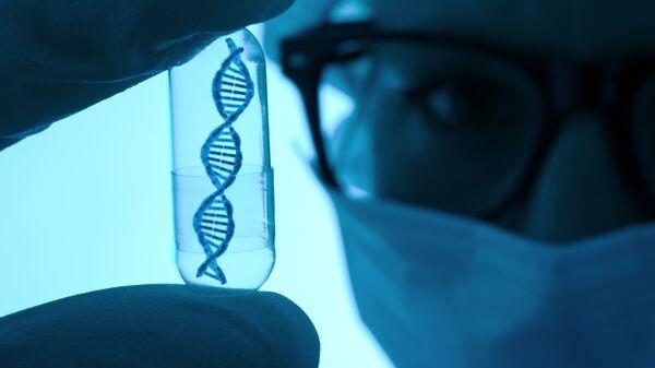 Ученый с моделью ДНК в пробирке