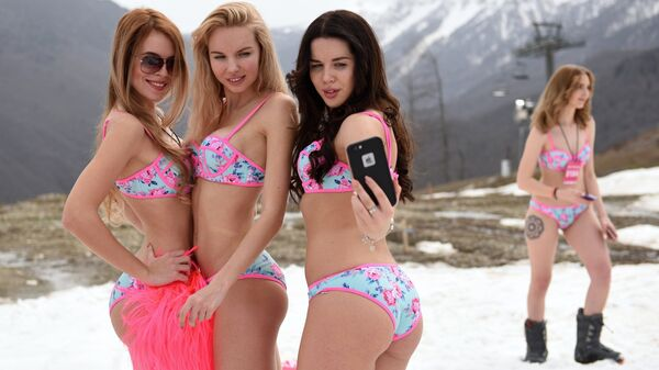 Участники мероприятия по спуску с горы в купальниках, проходящего в рамках фестиваля BoogelWoogel на Роза Хутор