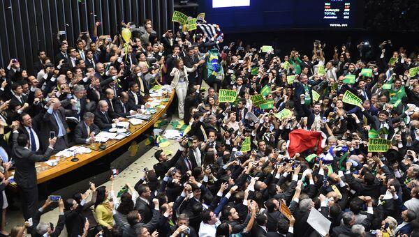 Палата депутатов радаются голосам достаточным для импичмента президента Бразилии Дилмы Роуссефф. Архивное фото