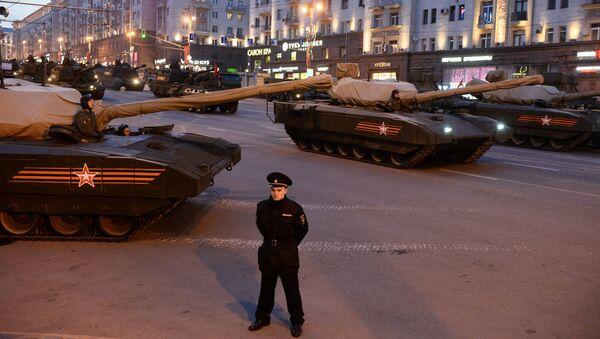Танк Т-14 на гусеничной платформе Армата на Тверской улице в Москве