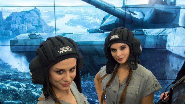Девушки в шлемофонах у стенда Проект Армата на выставке первого российского форума Интернет Экономика