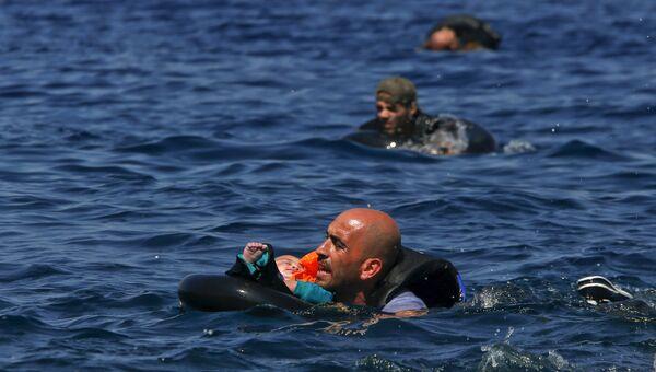 Сирийский беженец плывет до греческого острова Лесбос