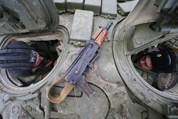 Танкисты во время погрузки на железнодорожные платформы танков Т-72 отдельного танкового батальона мотострелковой бригады Балтийского флота