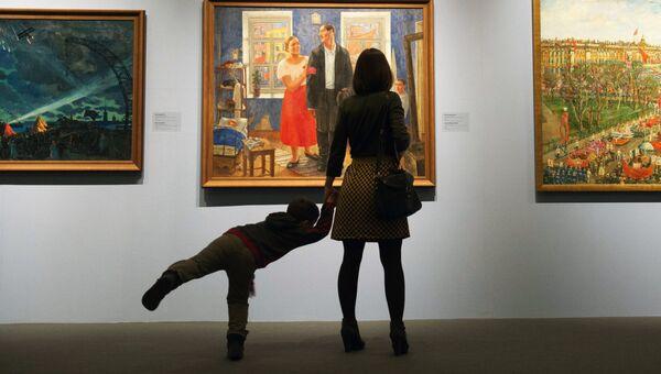 Посетители музейно-выставочного центра .Архивное фото